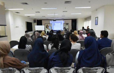 Mahasiswa Program Studi Administrasi Perkantoran Vokasi UI mendapatkan pelatihan MC dan Public Speaking